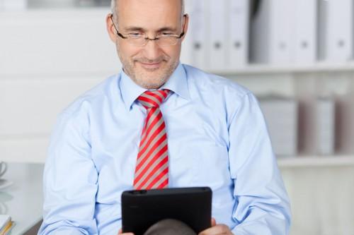 usability Mann mit Tablet, lächelt © contrastwerkstatt - Fotolia